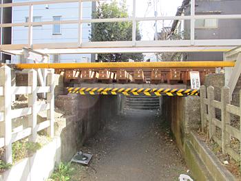 東京一低いガード下
