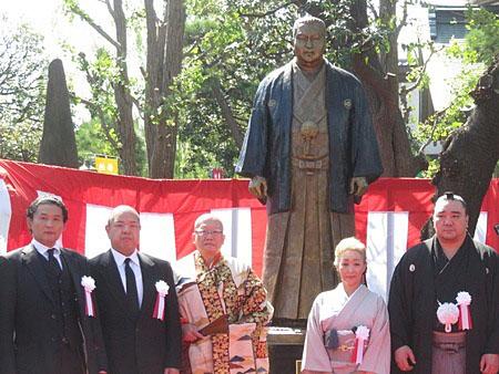北の湖の銅像、川崎大師で除幕式