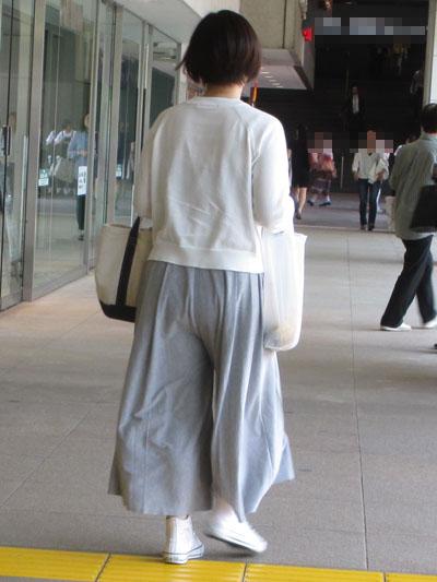 脚を揃えたらロングスカートに見える