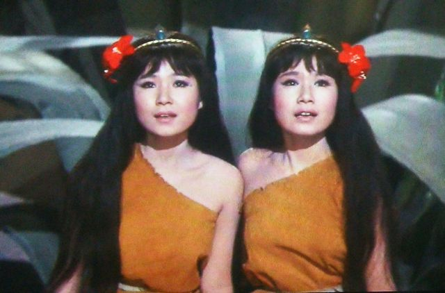 『モスラ』(本多猪四郎監督、1961年、東宝)を鑑賞しましたが幻惑的なザ・ピーナッツと小泉博と大女優香川京子です