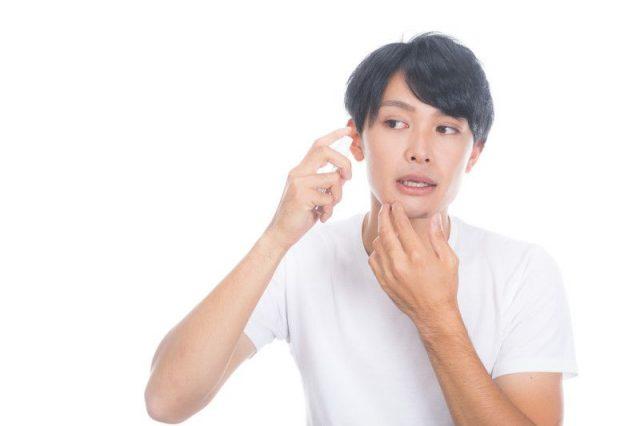 男性が化粧する動機は「パーツ使いでシミを隠すだけでもより健康的に見える」というものの化粧を指摘されると恥ずかしい