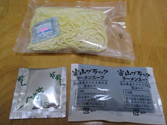 衝撃の真っ黒スープ、富山ブラックラーメンの袋