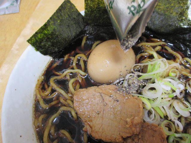 『衝撃の真っ黒スープ、富山ブラックラーメン』の麺
