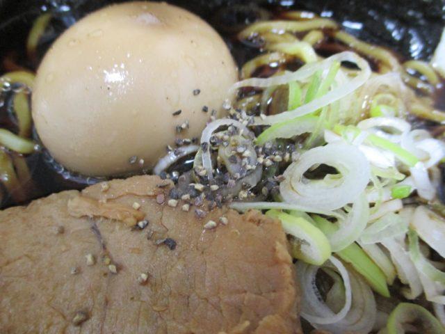 衝撃の真っ黒スープ、富山ブラックラーメンの辛さの秘密
