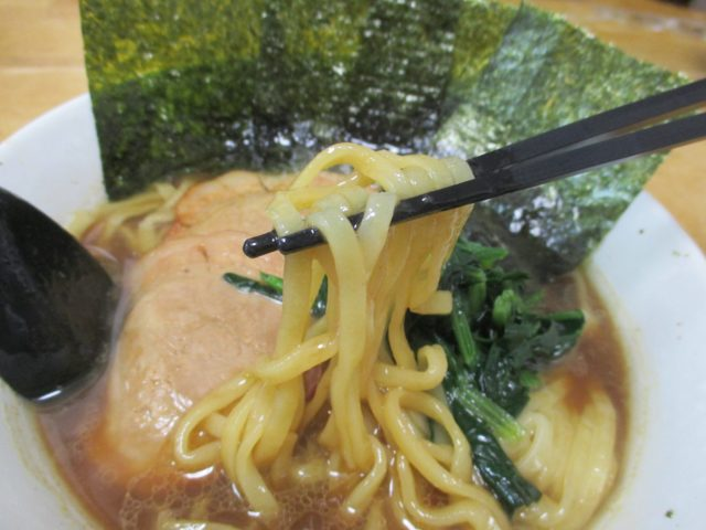 お正月ですがお雑煮ではなくアイランド食品の『銘店伝説 家系総本山吉村家 横浜ラーメン豚骨醤油味』を作っていただく