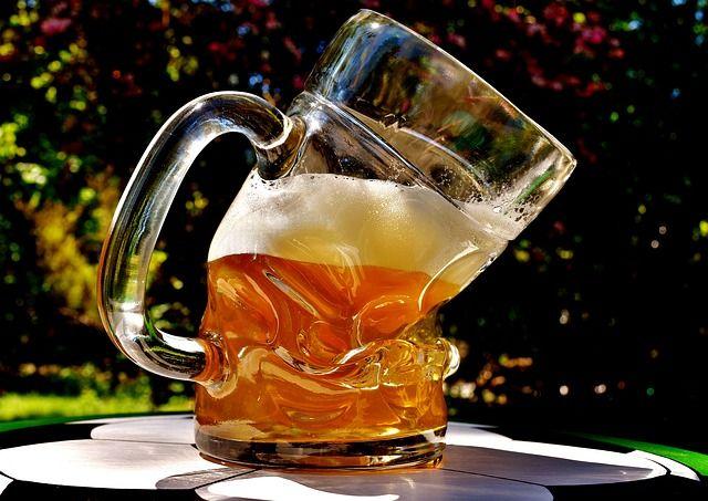 ビールを飲む機会が忘年会から年末年始と続きますが顔が赤くなる人の場合飲み過ぎる危険性もあり飲み過ぎに注意です