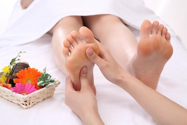 手軽にできる健康法として『足もみ』『爪もみ』『皮膚さすり』など継続しやすく注目されている民間療法を調べる