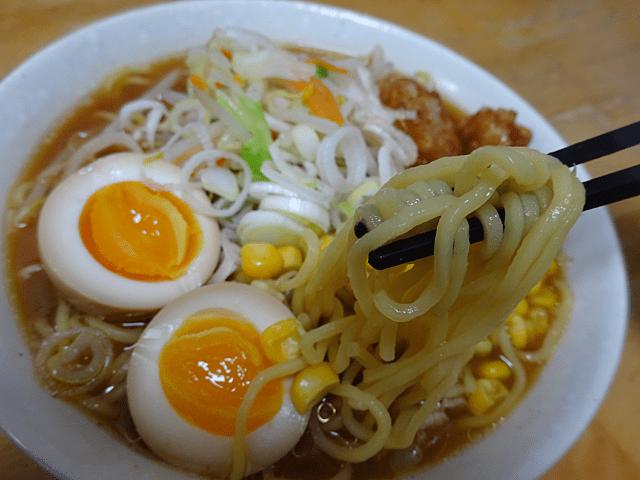 本生ラーメン味噌味(シマダヤ)はコシのある熟成ちぢれ麺と3種類の味噌とポークと香味野菜のを加えたスープをセット