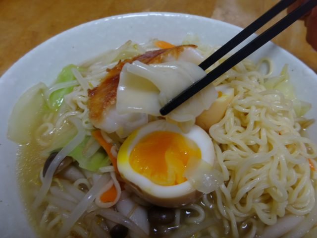 ワンタンメン(エースコック)は鰹ベースに香辛野菜と松茸風味を加えたタンメンスープ、麺とワンタンの食感違いを味わう