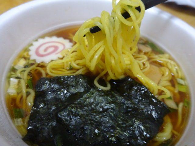 日清麺職人しょうゆ(日清食品)は全粒粉入りノンフライ麺でスープは魚介だし鶏ガラ醤油に具材もメンマや焼きのりなど