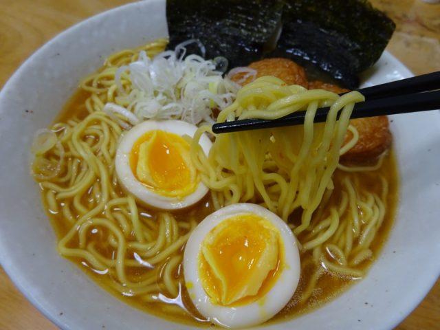 みそラーメンの旭川よし乃本店(藤原製麺)は4種の味噌をブレンドしたにんにくの香りのするピリ辛のこってりスープ