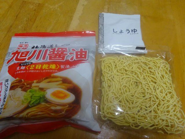生麺を乾燥させたものと、液体スープだけ