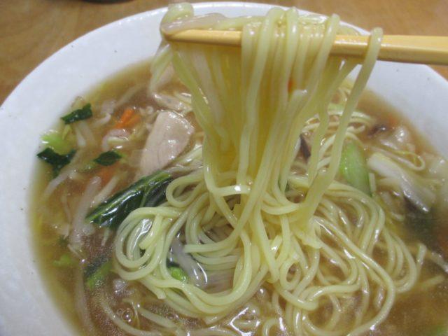 横浜あんかけラーメン(生碼麺、マルハニチロ)は豚肉ときくらげにたっぷり野菜を炒めたとろみスープのあんかけラーメン