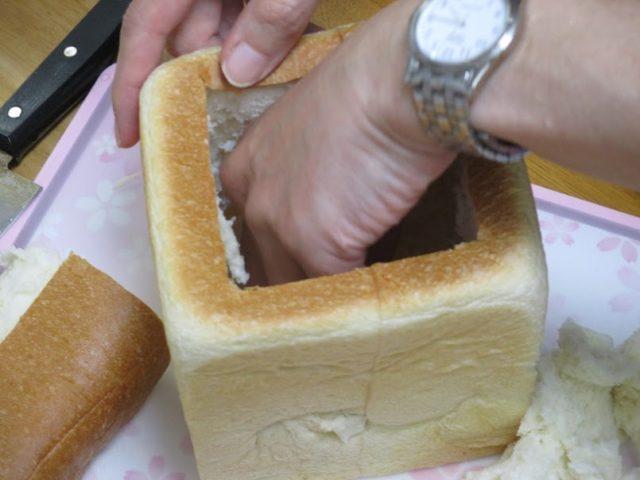 食パンの中をくくり抜き