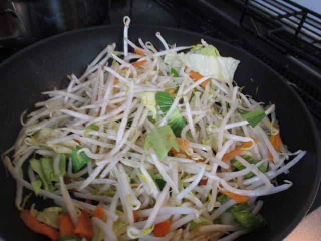 具材として、野菜(モヤシとキャベツとニラ)をいれる