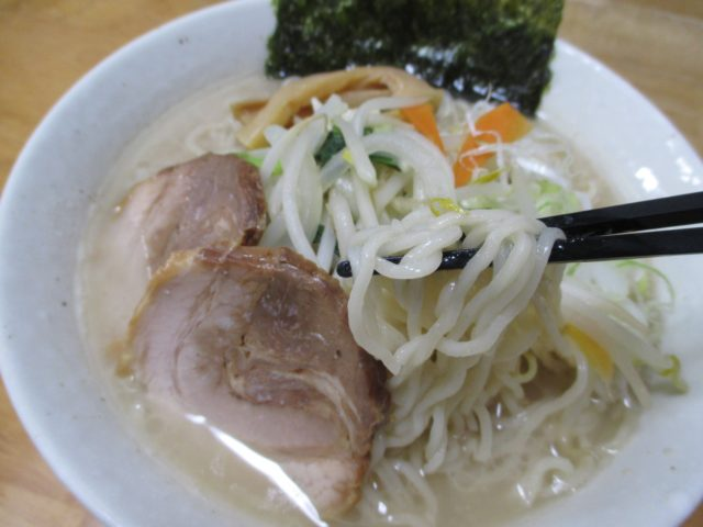 銘店伝説中華そばホープ軒本舗(アイランド食品)は背脂とニンニクの醤油味スープに縮れ極細麺がよく絡む濃厚ラーメン