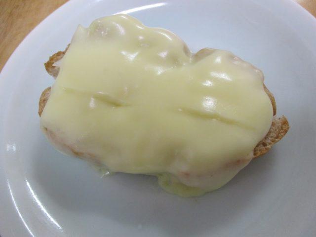 とろけるチーズはとろけてパンをコーティング