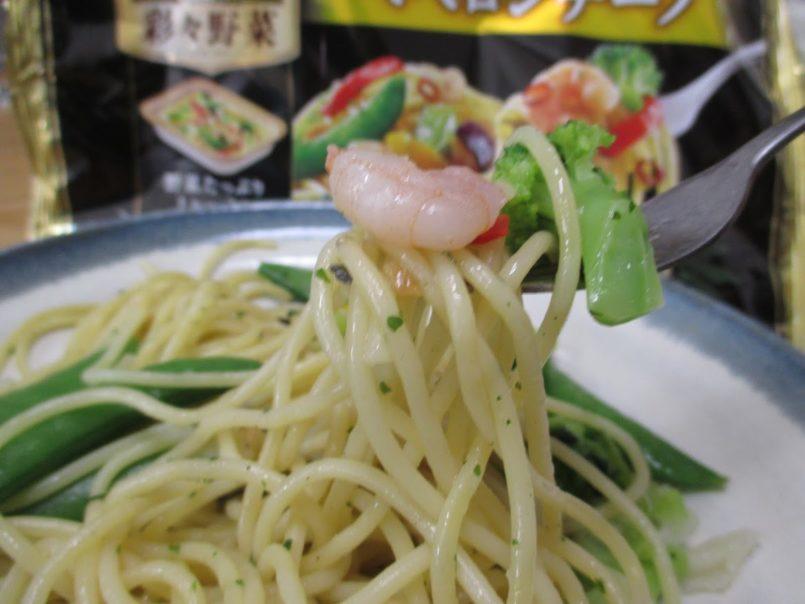 オーマイプレミアム彩々野菜海老と5種野菜ペペロンチーノ(日本製粉)はオリーブオイルで炒めた調理済み冷凍食品です