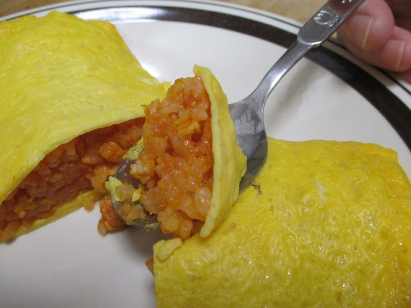 たまごがふんわりオムライス(ニッスイ)は完熟トマトを使ったチキンライスをふんわりとしたたまごで包んだオムライス