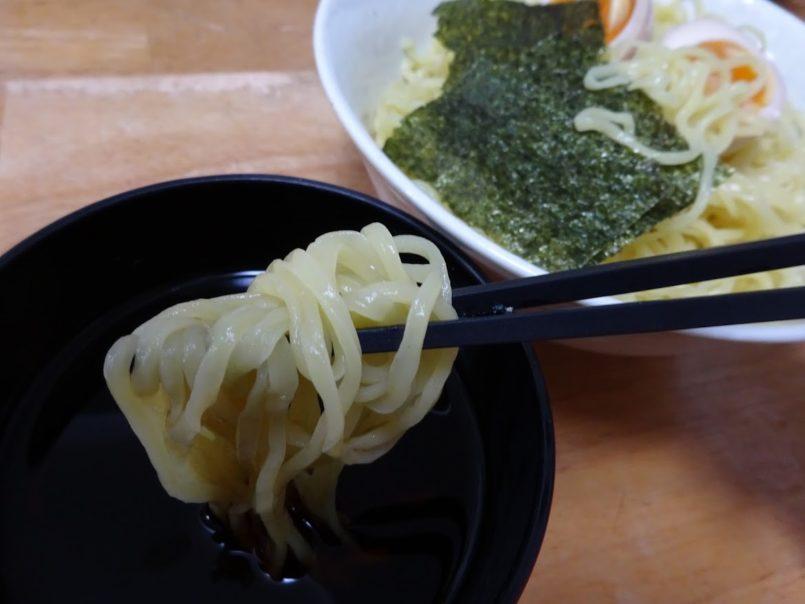「もみ打ち」ざる麺香味めんつゆ(シマダヤ)はもみ打ち麺を丸大豆しょうゆ・合わせだしを使用した香味つゆで食べます