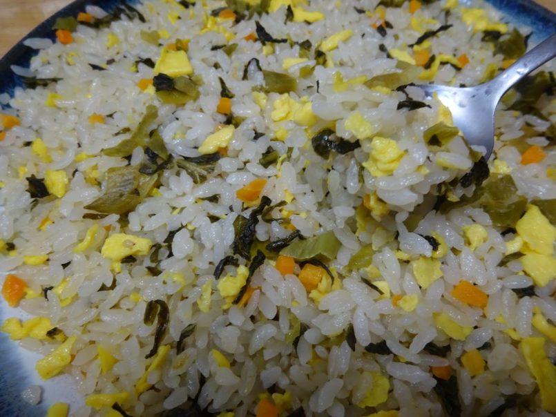 具だくさん高菜炒飯(味の素冷凍食品)はごま油で炒めた九州産熟成高菜と玉子がたっぷり入ったパラッと食感の高菜炒飯
