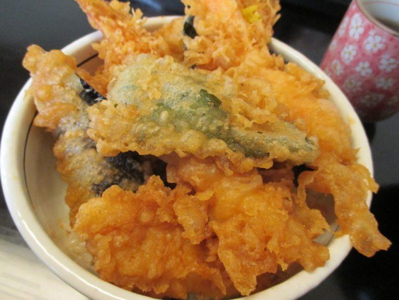 天冨久(大田区大森北)はランチが低価格化する中で1100円の値付けでも好評で行列ができる7つの天ぷらを使った天丼を提供