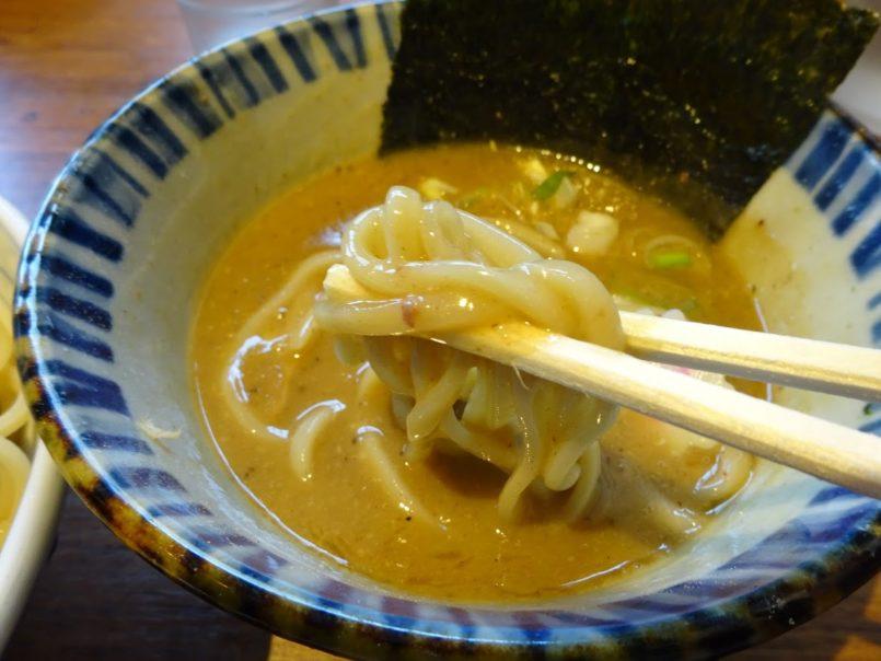 東京煮干中華そば三三七大森店(さんさんなな、大田区山王)は濃厚な動物&魚介のダブルスープや太麺のつけ汁が大好評