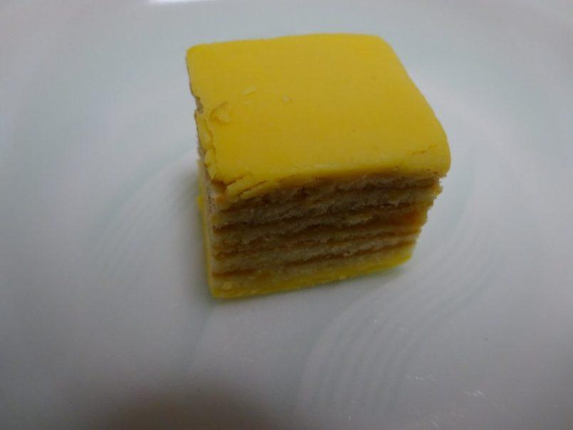ふんわりバームバナナ味(ブルボン)はふんわりソフトなバームクーヘンにまろやかなバナナクリームを重ね合わせました