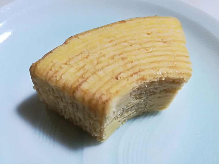 カットバウム(マルキン)は北海道産牛乳のおいしさとコクを閉じこめながら丁寧に焼き上げたカット型バウムクーヘンです