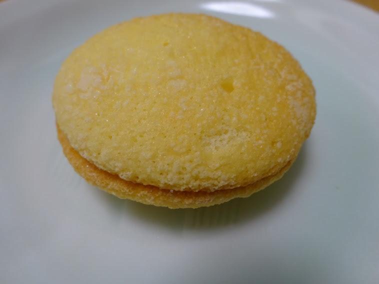 ふんわりシュクレバニラ(柿原製菓)はふんわり焼き上げた生地にバニラクリームをサンドしあっさりとした味に仕上げたブッセ