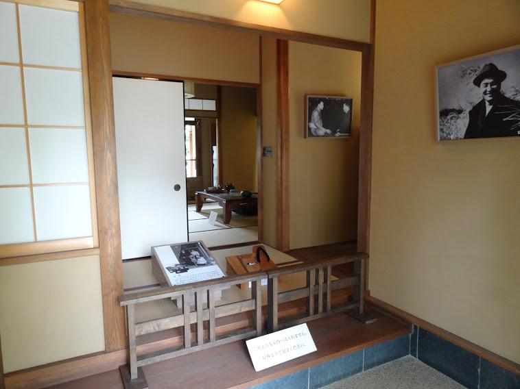 壁には、尾崎士郎の写真の額縁が飾ってあります。