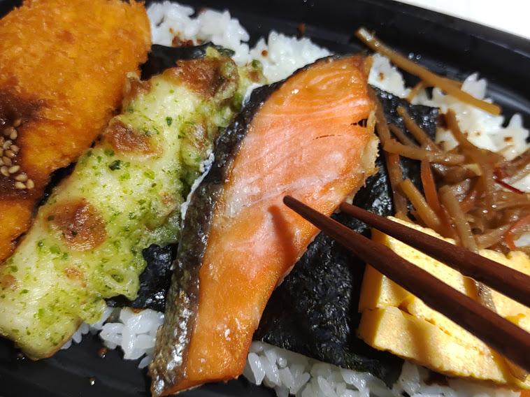 のっけ鮭弁当、目玉焼きのっけのり弁当はオーケーストアが198円で販売するのり弁。かつてここまで満足させる弁当があった?