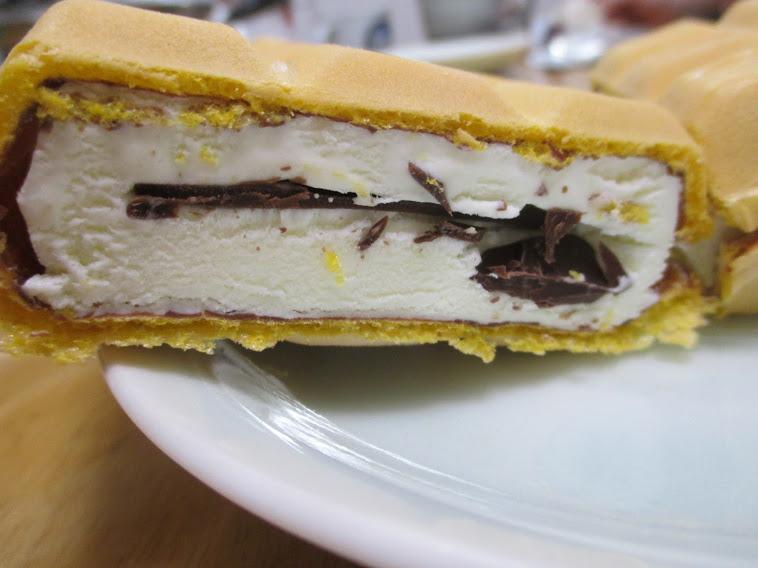 チョコモナカジャンボ(森永製菓)はモナカの香ばしさとまろやかクリーム、パリッとしたチョコは絶妙バランスのアイスモナカ