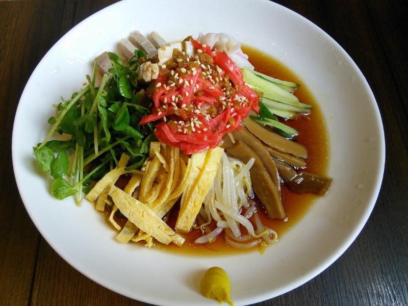 「冷やし中華は『日本式冷やし麺』」であるとするコラムが話題です。エビチリ、エビマヨなども和製中華料理であると指摘