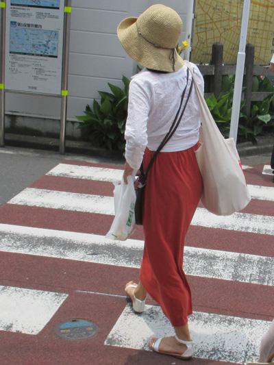 白のトップスに煉瓦色のロングスカート