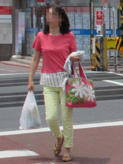 トップスとバッグのカーネーションピンクの色が見事に同じ
