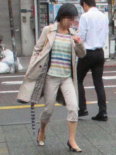 パンツの裾の汚れが気になる雨の日はアラフィフも風が通り抜けるようなデザインでふくらはぎ丈のパンツが正解